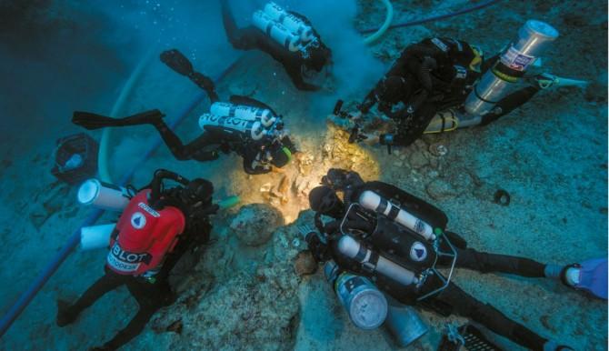 잠수부들이 안티키테라 섬 침몰선에서 인간 유골을 발굴하고 있다. 이 유골은 2000년 전의 것으로, 연구진은 젊은 남성으로 추정했다. - 네이처 제공