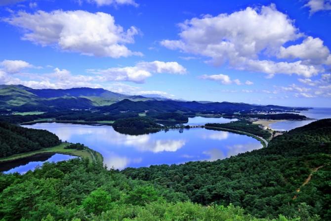 강원도 지방기념물 제10호로 지정된 아름다운 화진포. - 고성군청 제공
