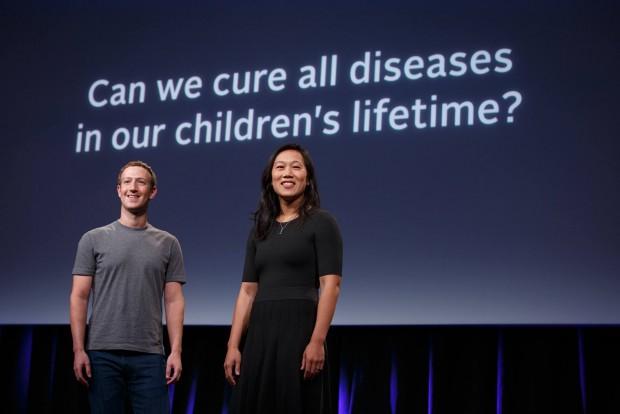 마크 저커버그 페이스북 CEO와 프리실라 챈 부부가 샌프란시스코에서 기자회견을 열고 질병 퇴치를 위한 의학 연구에 30억 달러를 투자한다는 계획을 밝히고 있다.  - 챈저커버그이니셔티브 페이스북 제공