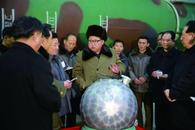 북한이 3월 초에 공개한 핵탄두 모형. 뒤에 보이는 물체는 이동식 대륙간탄도미사일(ICBM)이다. - 노동신문 제공
