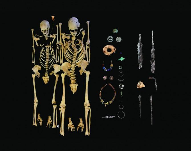 유스티니아누스 역병에 희생된 여성(왼쪽)과 남성 성인(오른쪽)의 유골. 연구팀은 여성 유골의 셋째 어금니(화살표)에서 비교적 잘 보존된 6세기 페스트균의 유전자를 얻었다. 유골 주변에는 이들이 당시 사용했던 물건이 있다. - State collection of Anthropology and palaeoanatomy Munich 제공