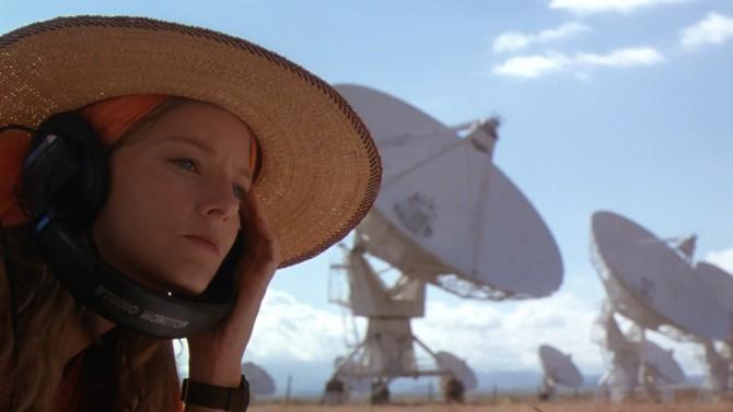 영화 '콘택트'의 한 장면. 주인공 엘리(조디 포스터 분)는 외계 생명체와의 교신을 기다린다. - 워너브라더스 제공