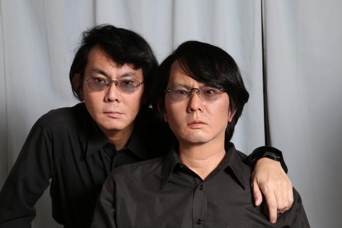 과연 누가 진짜 사람일까? 이시구로 히로시 교수가 본인이 만든 제미노이드 HI-4와 함께 사진을 찍었다. 누가 이시구로 교수이고, 누가 로봇인지 구분하려면 찬찬히 들여다봐야 한다. - Osaka University 제공