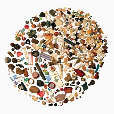 바닷새들은 해안가에 밀려 올라온 플라스틱을 먹이로 착각해 먹는 경우가 많다. 해안가에 죽어있는 알바트로스에서 나온 플라스틱이다. - IBRRC 제공