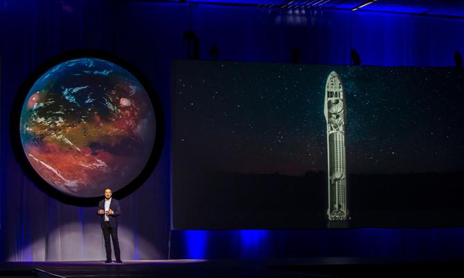 일론 머스크가 담대한 화성 정착지 건설을 위한 계획을 발표하고 있는 모습