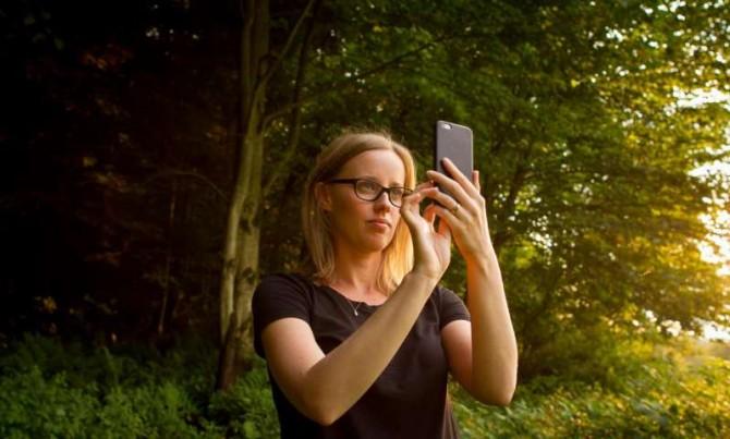 셀피를 찍고 있는 로라 손터(Laura Sonter)의 모습 - Will Watson 제공