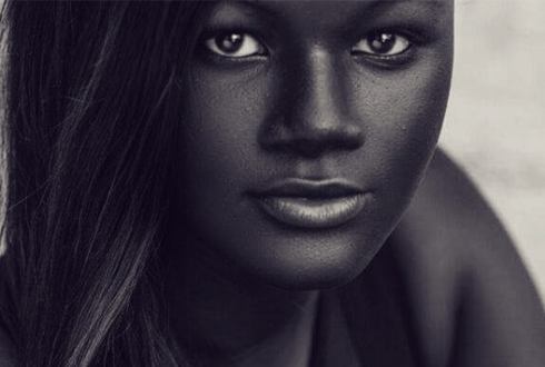 새까만 흑진주 같은 피부의 여성 '인기'