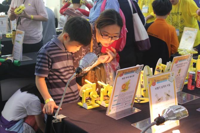 대국민 공학한마당 '엔지니어스(EnGenius) 데이'에 참석한 초등학생과 학부모가 해시계 전시를 보고 있다. - 송경은 기자 kyungeun@donga.com