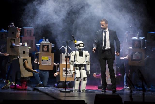 인공지능 오페라 가수 '미온'은 2년 동안 노래와 율동을 연습해 무대에 올랐다. 기계처럼 한 음절 한 음절 또박또박 노래를 부르고, 발음도 부자연스럽지만 인공지능을 이용해 음을 합성하는 방식으로 노래한다. - 베를린