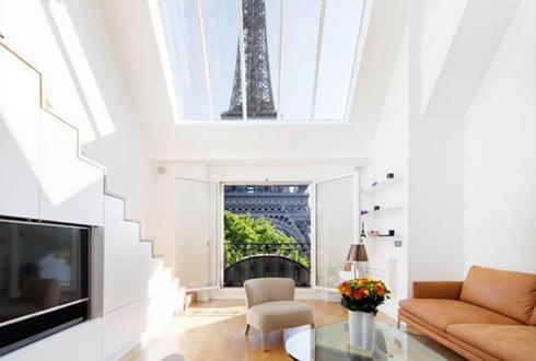 '파리 에펠탑 앞에 있는 아파트'