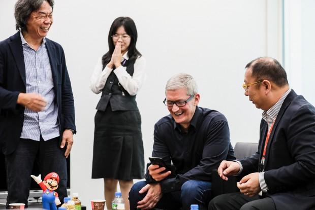 팀 쿡 애플 CEO가 닌텐도를 방문, 미야모토 시게루 대표 (왼쪽)과 대화하고 있다.  - 팀 쿡 트위터 제공