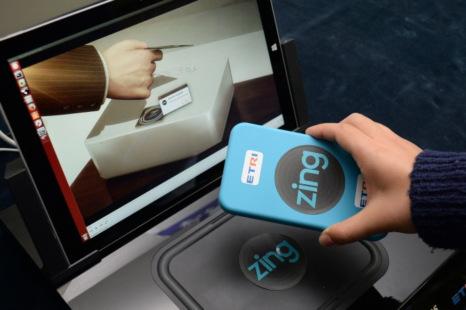 ETRI에서 개발한 '징(Zing)' 기술을 이용하면 영화 한 편을 3초 만에 무선 전송할 수 있다. - ETRI 제공