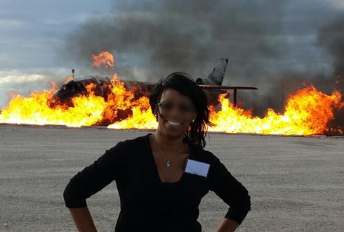 불타는 비행기 앞에서 기념 촬영 '미스터리'