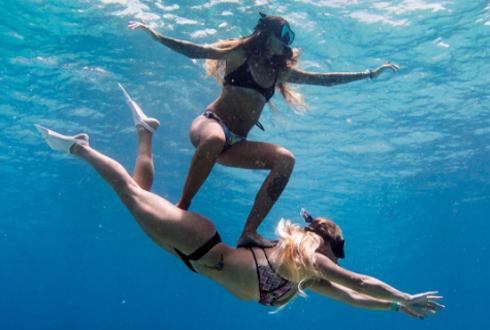 '사람 타고 물속에서 서핑'