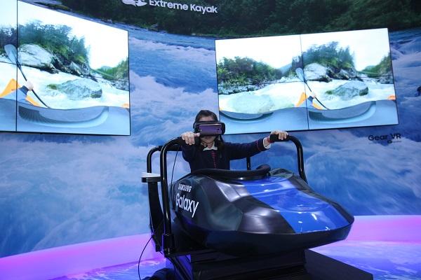 한 어린이가 주제전시관 내에서 VR로 카누를 즐기는 체험 프로그램을 즐기고 있다. - (주)동아사이언스 제공
