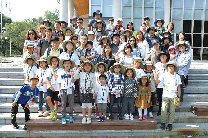 가을 귀화식물 현장교육에 참가한 대원들의 모습. - 김정 기자 ddanceleo@donga.com 제공