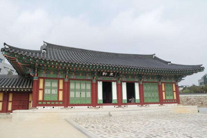 건물의 규모는 장대석 3벌대 기단 위에 정면 6칸, 측면 2칸이다. 이익공 팔작지붕 양식이다. - 고기은 제공
