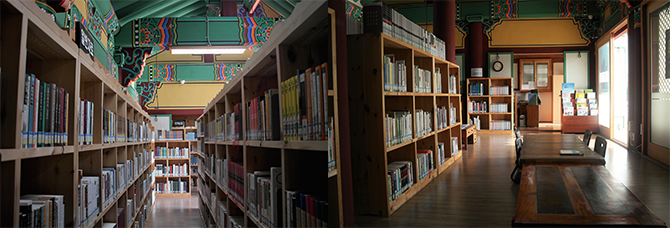 강릉의 역사와 민속을 주제로 한 귀중한 도서가 가득한 향토, 역사전문 도서관이다. - 고기은 제공