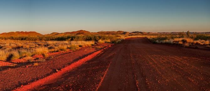 노스폴의 길은 화성을 떠올리게 한다. 붉고 척박한 땅으로 지구 초기에 생명체가 살던 곳이다. - 문경수 제공
