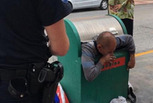 쓰레기통에 갇힌 남자, 구출