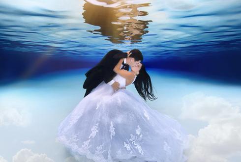 만화영화 같은 '수중 결혼 사진', 인기