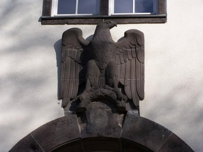 탈나치화 조치로 인해, 독수리 상징 밑의 하켄크로이츠 마크가 지워져 있다. - S. Kasten(W) 제공