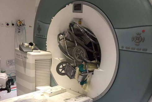 휠체어를 삼킨 MRI 검사기