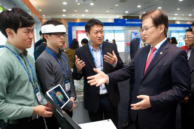 최양희 미래창조과학부 장관이 한국과학기술원 관계자로부터