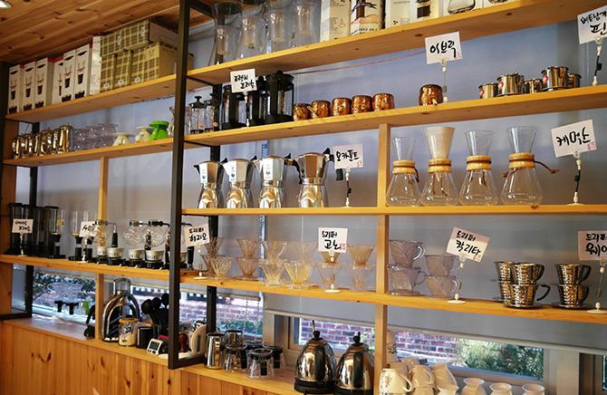 벽면에 진열된 다양한 커피 기구들. - 고기은 제공