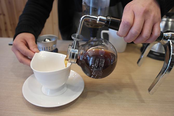 물이 저절로 오르락내리락하며 커피가 추출되는 것이 신기하기만한 사이폰. 드디어 나만의 커피 완성! - 고기은 제공