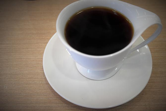 직접 내린 커피여서인지 좀 더 오래 눈으로 담게 된다. 사이폰 커피는 바로 마셔서도 안 된다. 점점 가열되는 커피이기 때문에 무척 뜨겁다고 한다. 그래서 조금 식힌 다음 마시는 것이 좋다. - 고기은 제공