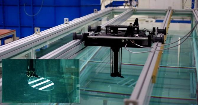 수조에서 곤충을 모방한 로봇이 날갯짓으로 소용돌이를 일으키며 전진하고 있다. 작은 사진은 날갯짓 로봇을 확대한 모습. 장조원 한국항공대 교수팀은 이 같은 곤충의 소용돌이가 양력을 2배가량 높여 준다는 사실을 처음으로 밝혔다. - 한국항공대 제공