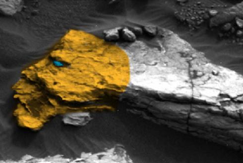 키스하는 얼굴 조각상이 화성 표면에?