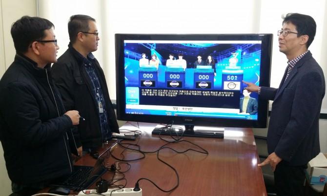 김현기 한국전자통신연구원(ETRI) 지식마이닝연구실장이 퀴즈 대결 훈련 중인 국내 개발 인공지능(AI) 엑소브레인에 관해 설명하고 있다. - 한국전자통신연구원 제공