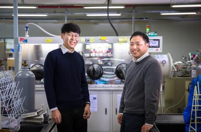 연구를 이끈 손재성 UNIST 신소재공학부 교수(오른쪽)와 제1 저자인 박성훈 연구원(왼쪽)의 모습. - 울산과학기술원(UNIST) 제공