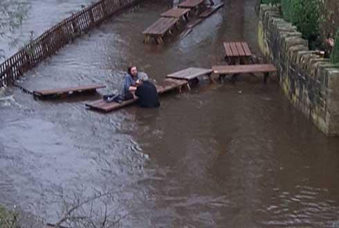 최고의 애주가? 홍수 속에서 맥주 마시는 남자들