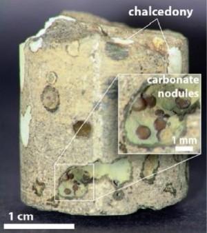 고압의 이산화탄소를 현무암 층에 주이비하면 돌의 틈 사이사이에서 탄산염의 형태로 서서치 변화한다. - 미국화학회 제공