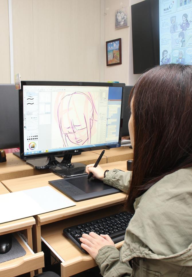 학생들은 드로잉 펜과 전자패드 등 디지털 기기를 이용해 그림을 그린다. - 이윤선, 성내종합사회복지관 제공