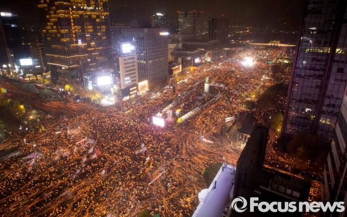 19일 오후 서울 광화문광장과 세종로 일대에서 열린 박근혜 대통령 퇴진을 촉구하는 4차 촛불집회에 참가자들이 행진하고 있다. - 포커스뉴스 제공