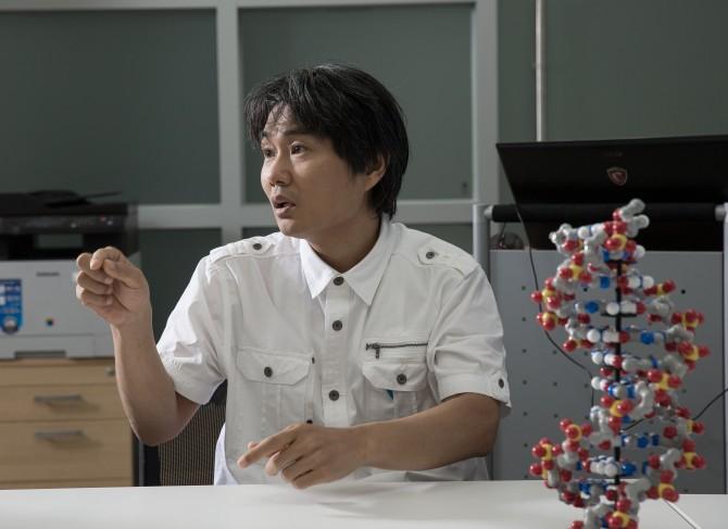 박종화 울산과학기술원(UNIST) 게놈연구소장(생명과학부 교수)이 한국인 표준 게놈지도 '코레프(KOREF)'에 대해 설명하고 있다. - 울산과학기술원 제공