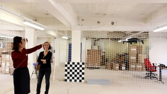 10월 3일 프랑스 파리 패럿 본사에서 헤드셋을 쓰고 패럿의 VR 드론 '비밥2'를 조종하고 있는 이영혜 기자. - 이영혜 기자 제공