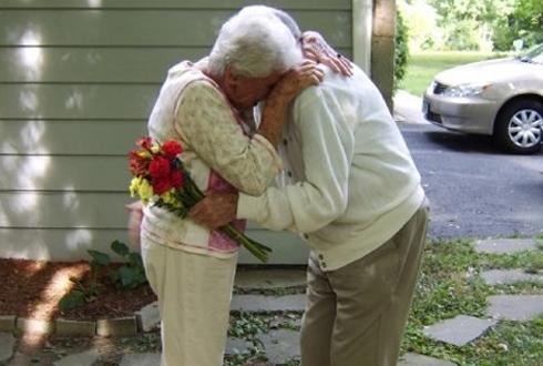 치매 할아버지와 할머니 '감동 포옹'