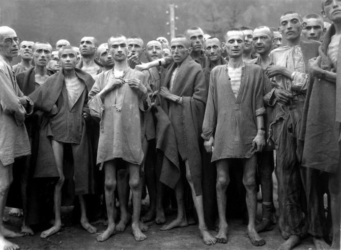 독일 빈의 정신과 의사였던 빅터 프랭클은, 1942년 게토에 강제 이주되고 1944년에는 악명높은 아우슈비츠에 수용된다. 여동생을 제외한, 어머니와 형, 아내는 모두 수용소에서 죽었다. 그는 아우슈비츠에서의 경험을 토대로, 어떤 상황에서도 인간은 삶의 의미를 찾을 수 있다는 내용의 '죽음의 수용소에서'라는 책을 저술했다. - Lt. Arnold E. Samuelson(1945) 제공