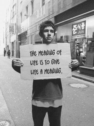 SNS에 흔히 돌아다니는 출처 불명의 사진. '삶에 의미를 부여하는 것이, 바로 삶의 의미이다(the meaing of life is to give life meaning)'라는 메시지는, 빅터 프랭클의 실존적 조언을 함축하고 있다. 세상을 바꿀 수 없는 절망적인 상황에서, 우리는 종종 삶의 의미를 깨닫게 되는, 뜻하지 않은 선물을 받는다. - unknown 제공