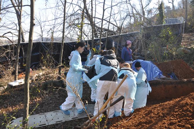 2013년, 미국 법의인류학센터에서 '집단매장 실험'을 준비할 당시의 현장 사진. 여러 구의 시체를 구덩이에 나눠 묻고 있다. - 정양승 제공