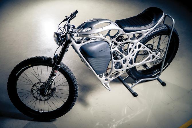 3D프린팅 전문 회사 'AP웍스'는 세계 최초로 3D프린터로 출력한 오토바이 '라이트 라이더'를 만들었다. 무게가 35kg밖에 되지 않으며, 시속 80km까지 속도를 낼 수 있다. 위상최적화를 활용해 최소 무게로 탑승자의 몸무게를 견딜 수 있게 설계했다. - 한국알테어 제공