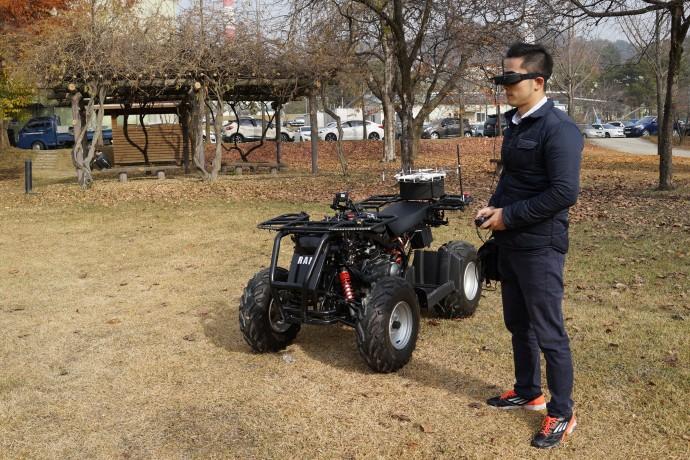 박종원 한국원자력연구원 원자력로봇연구실 선임연구원이 가상현실(VR) 기기를 쓴 채 원격으로 '램(RAM)'을 조종하고 있다. 4륜 오토바이(ATV)에 드론을 탑재한 형태의 사고대응 로봇 램은 원자력발전소 사고가 일어날 경우 사람 대신 들어가 작업을 수행한다. - 대전=권예슬 기자 yskwon@donga.com 제공