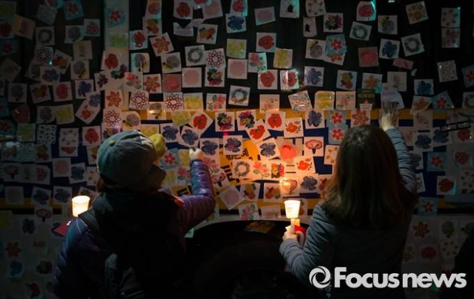 11월 19일 오후 서울 광화문광장에서 열린 박근혜 대통령 하야 요구 4차 촛불집회에 참가한 시민들이 경찰 버스에 꽃 스티커를 부착하고 있다. - 포커스뉴스 제공