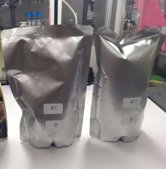 기존 사용되는 일반 포장재(오른쪽)은 김치의 발효과정에서 발생하는 가스 때문에 부풀어 올라 파손 위험이 있지만, 연구진이 개발한 포장재(왼쪽)는 부풀어오름이 없다. - 세계김치연구소 제공