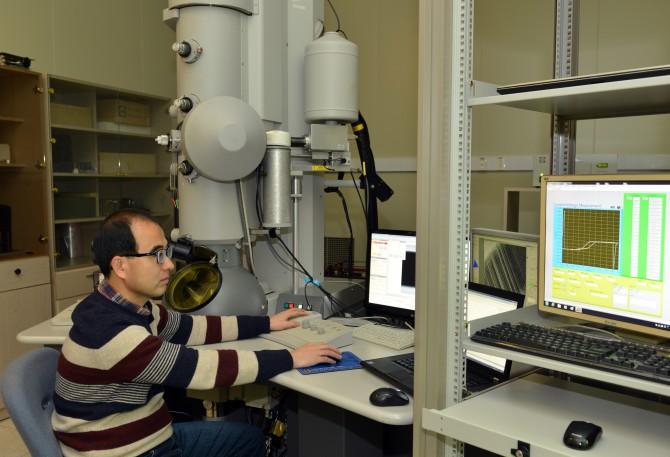 김영헌 책임연구원이 투과전자현미경을 이용해 나노선을 관찰하고 있다. - 표준연 제공